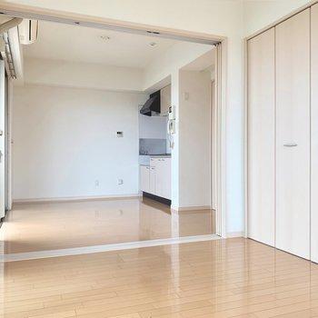 白っぽい内装は木目がはっきりした家具が似合いそう〜(※写真は11階の反転間取り別部屋のものです)