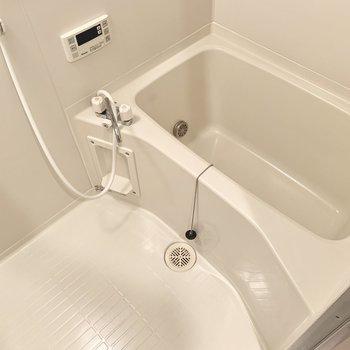 お風呂には追い焚きも付いているので帰り時間が違う2人も安心。(※写真は11階の反転間取り別部屋のものです)
