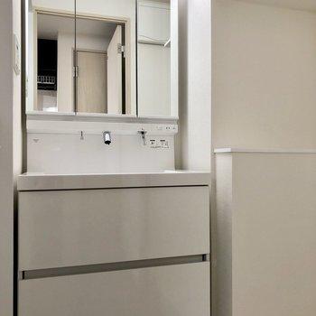 鏡部分が収納になっている洗面台です※写真は5階の同間取り別部屋のものです