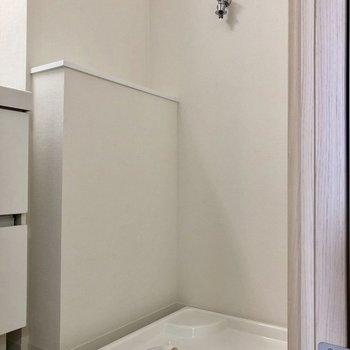その右側には洗濯機置き場があります※写真は5階の同間取り別部屋のものです