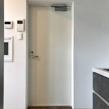 キッチン横に分厚い扉。この奥は…