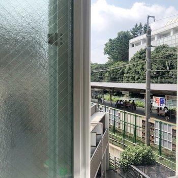 【2F】キッチンの窓から電車のホームがみえます