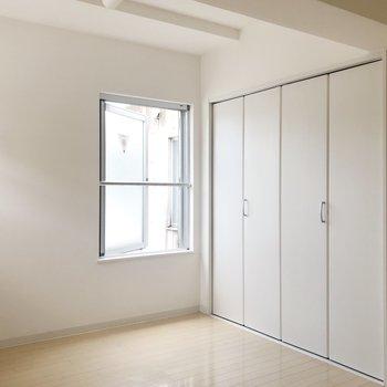 【Bedroom】クローゼットは窓の隣に