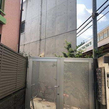 ひっそりとたったコンクリートの建物