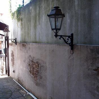 街頭とマッチした外壁。異国のようだ
