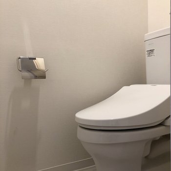 廊下左側にはトイレがあります※写真は5階の同間取り別部屋のものです