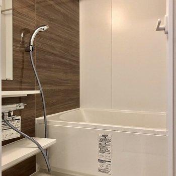 お風呂はゆったり入れそうな広さ※写真は5階の同間取り別部屋のものです
