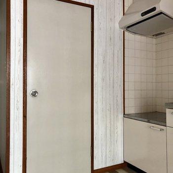 キッチンの隣の扉の先へ※写真はクリーニング前のものです
