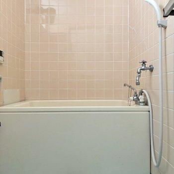 トイレのすぐ横にお風呂があります※写真はクリーニング前のものです