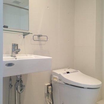 左には洗面台におトイレ