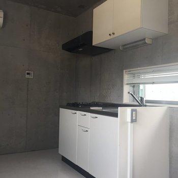 【上階】冷蔵庫はキッチンの奥に