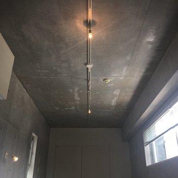 【上階】見上げると無骨なコンクリートに豆電球がやわらかい