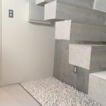 階段下には砂利!お風呂上がりにここで涼みたい