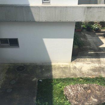 【西側】キッチンから見える眺望は中庭。