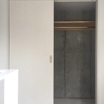 【上階】奥には場所を取らないスライド式ドアの収納