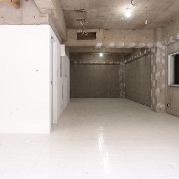 反対側から。コンクリートの質感を活かしてインテリアを配置