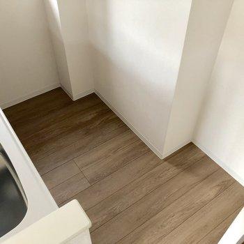 【LDK】キッチンの向かいに冷蔵庫を置けます※写真は5階の同間取り別部屋のものです