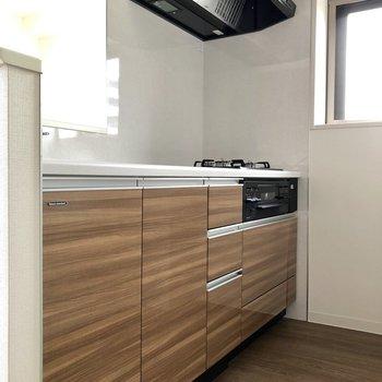 【LDK】さあ、カウンターキッチンへ※写真は5階の同間取り別部屋のものです