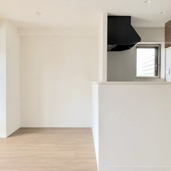 【LDK】キッチンの前にダイニングテーブルを置こうかな※写真は5階の同間取り別部屋のものです