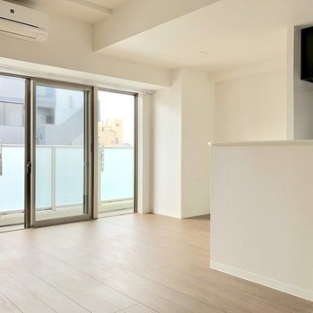 【LDK】大きな窓から光が差し込みます※写真は5階の同間取り別部屋のものです