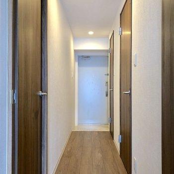 廊下の左側の扉の先へ※写真は5階の同間取り別部屋のものです