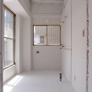 明るくホワイトカラーのキッチンスペース