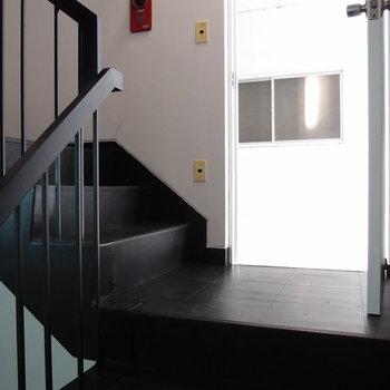 ブラックの階段とホワイトの玄関扉
