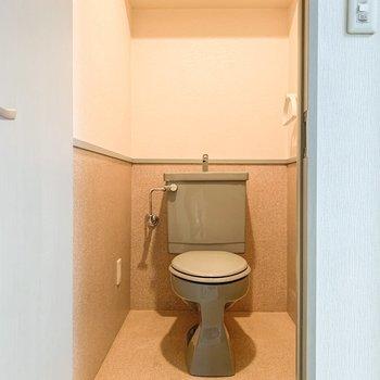 トイレは玄関のところに。上の棚にはストック品を。