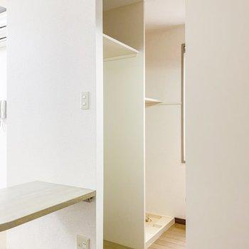 【LDK】キッチンの向かい側には冷蔵庫と洗濯機置場。上の棚にはストック品などがしまえそうですね。