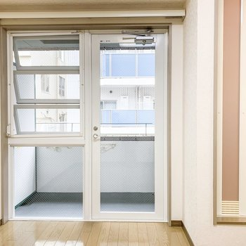 【洋室】奥側の壁はすべて窓になっていて、開放感を感じます。