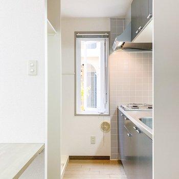 【LDK】キッチンにも窓があるので、とても明るいですよ。