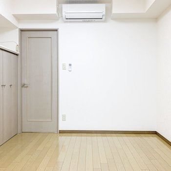 【洋室】右手の壁にベッドを寄せて。