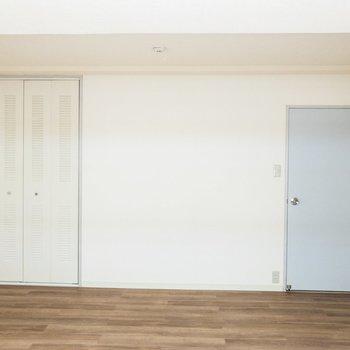 【洋室①】扉の水色がキュートです。
