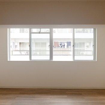 【洋室①】約12帖の洋室。シンプルな内装です。
