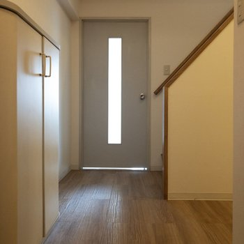 玄関前からLDKまで。フローリングの色が味わい深い。