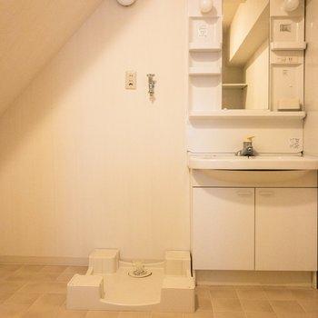 サニタリーはタイルが可愛い。洗面台は収納が多くて嬉しい。