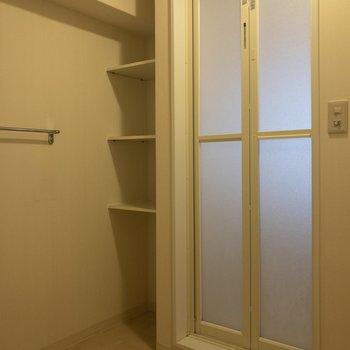 バスルーム前にはシェルフがあります。タオルなどを置けそう。