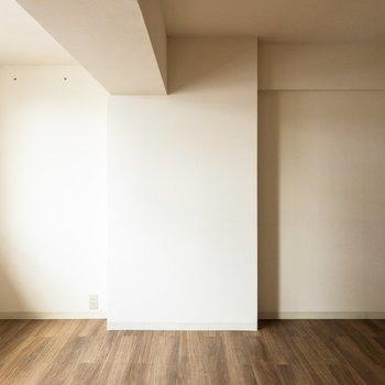 【洋室①】大きなベッドも悠々置けそう。