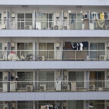 洋室①からの眺めはご近所さん。