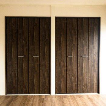 【洋室②】木目調のクローゼットが2つ並んでいます。