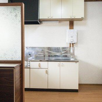 キッチンスペースを見てみましょう。キッチンの隣には冷蔵庫を。