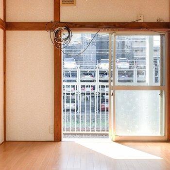 【洋室4.5帖】南西向きの窓からたっぷり光が差し込みます。