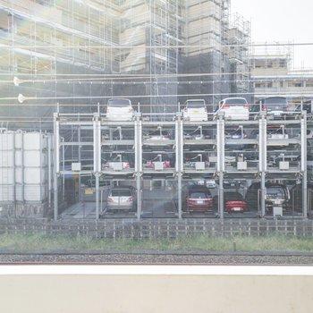 眺望は線路を挟んで向かいのマンションの駐車場です。