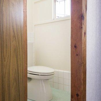 右手にはトイレがあります。こちらも窓付き。
