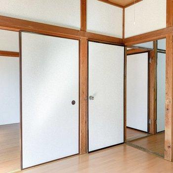 【洋室4.5帖】隣の洋室とキッチンに繋がっています。