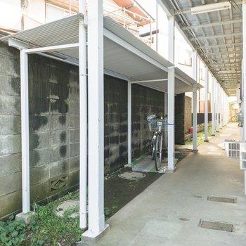 1階のお部屋の前には駐輪場があります。