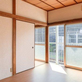 【洋室6帖】隣の洋室です。こちらにも大きな窓が。