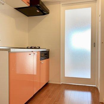 オレンジカラーのキッチン。気分も明るくなります。