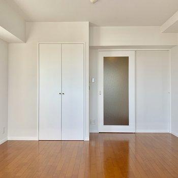 居室とキッチンを仕切るドアは引き戸ですよ。