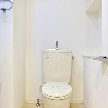 トイレは洗面所と同じ空間にあります。右側には棚があります。